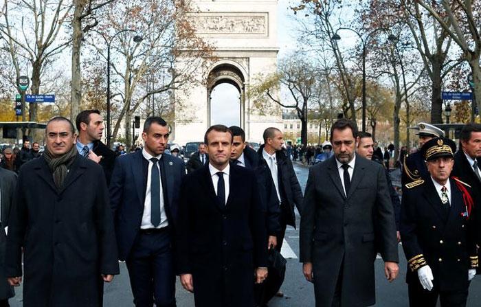 राष्ट्रपति इमैनुअल मैक्रों जी-20 में शामिल होने अर्जेंटीना गए हुए थे. वहां से लौटकर वो पैरिस में दंगे से हुए नुकसान का जायजा लेने पहुंचे. सरकार ने साफ कहा है कि प्रदर्शनों के बावजूद टैक्स वापस नहीं लिया जाएगा (फोटो: रॉयटर्स)
