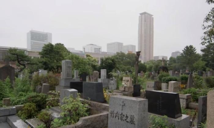 गगनचुंबी इमारतों के बीच एक लग्ज़री की तरह दिखाई देती क़ब्रें