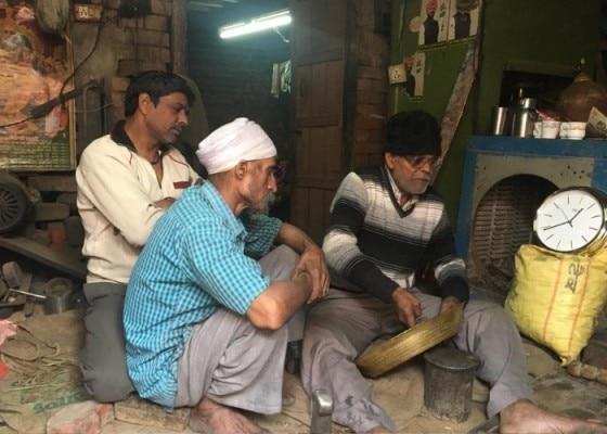 कश्मीरी गली बाजार में बर्तनों पर कारीगरी करते ठठेरे (फोटो- एनॉक्टस SRCC)