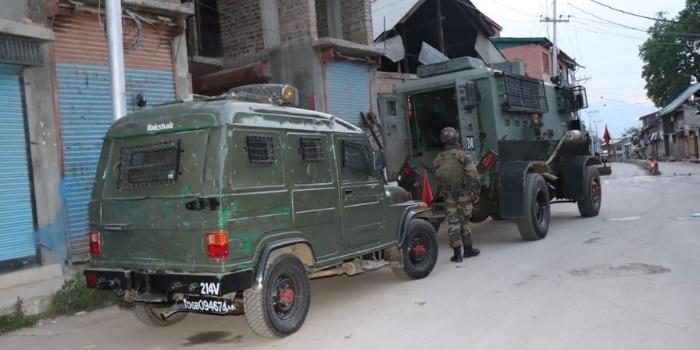 सेना ने पूरे इलाके को 6 घंटे घेरे रखा. (तस्वीर- इंडिया टुडे)