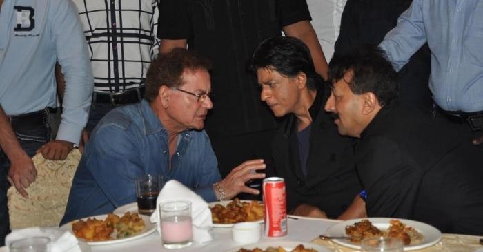 बाबा सिद्दीकी के मशहूर इफ्तार पार्टी में शाहरुख से बात करते सलीम खान.