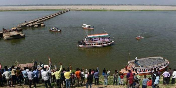नदी किनारे खड़ी भीड़ चंचल का हौसला आफज़ाई कर रही थी