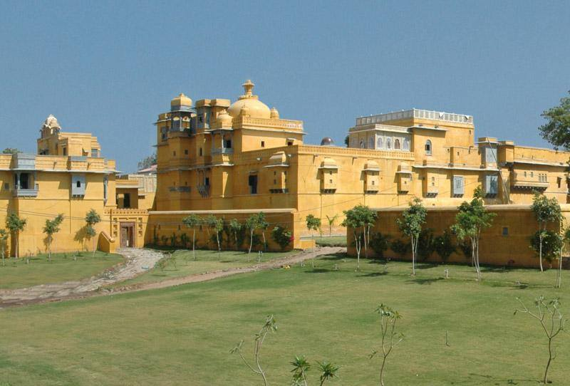 गोगुंदा का किला. राणा उदय सिंह का आखिरी समय यहीं बीता. इसी जगह प्रताप को मेवाड़ की राजगद्दी मिली. परम्परा के अनुसार मेवाड़ के राजा एकलिंग महादेव हैं और राणा खुद को एकलिंग का दीवान कहते हैं.