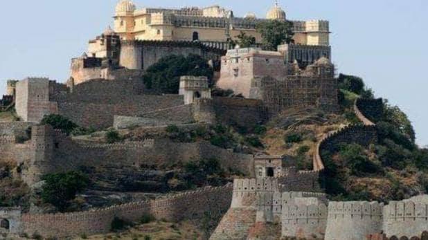 कुम्भलगढ़ का निर्माण महाराणा कुंभा ने ईसा के करीब 1450 साल बाद करवाया था. यह किला 36 किलोमीटर की लम्बी दीवार से घिरा हुआ है. कई मौकों पर यह मेवाड़ के सिसोदिया शासकों के लिए सुरक्षित शरणस्थली के रूप में काम आया है.