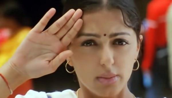 सीनियर राधे (सलमान खान) को जूनियर का सलाम बजाती निर्जरा (भूमिका चावला (फिल्म: तेरे नाम)