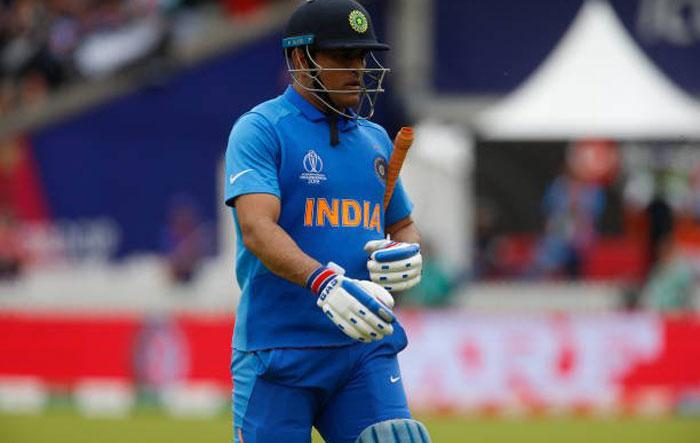 10 जुलाई को हुए इंडिया- न्यू ज़ीलैंड मैच में आउट होकर पवेलियन लौटते धोनी