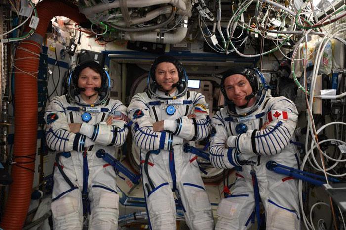 स्पेस मिशन के साथियों के साथ एनी.