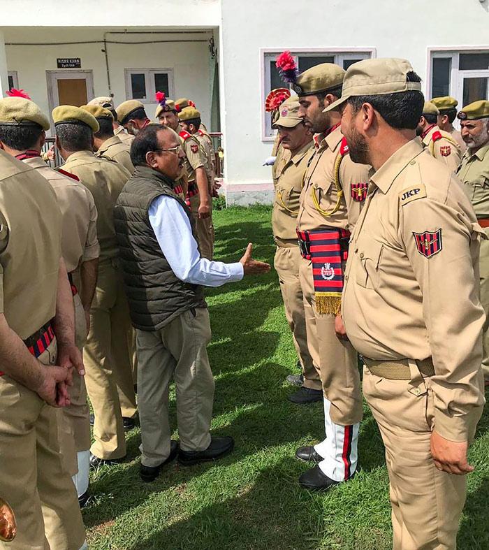 राष्ट्रीय सुरक्षा सलाहाकार अजीत डोभाल जम्मू-कश्मीर पुलिस के जवानों से हाथ मिलाते हुए.