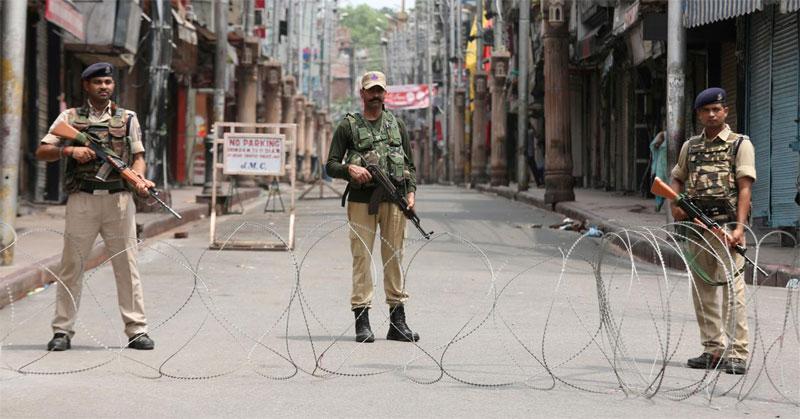 जम्मू-कश्मीर से संबंधित आर्टिकल 370 में संसोधन के बाद राज्य के कई नेताओं को हिरासत में ले लिया गया था.