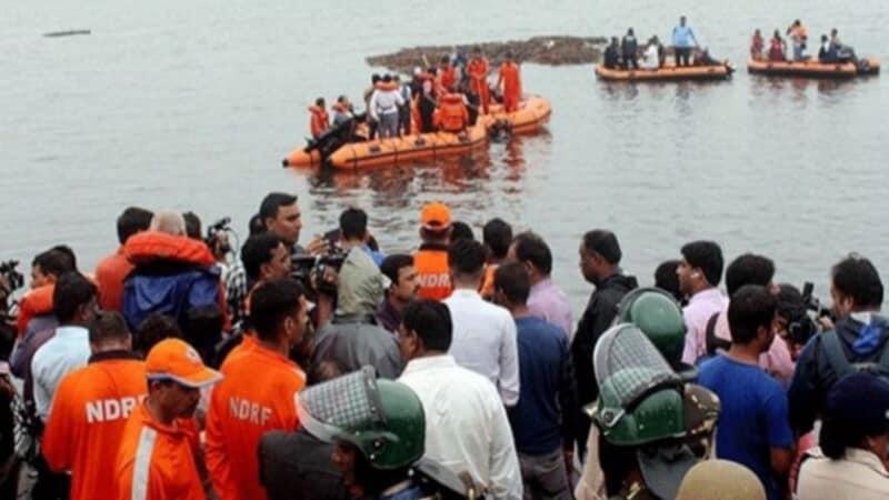 आंध्र प्रदेश : 61 सवारियों को लेकर नाव गोदावरी नदी में डूब गयी