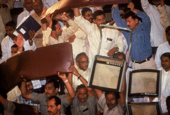 कल्याण सिंह के मुख्यमंत्री बनने के बाद विधानसभा में लात-जूते कुर्सियां चलीं और राज्यपाल रोमेश भंडारी ने विधानसभा भंग करने की सिफारिश कर दी.