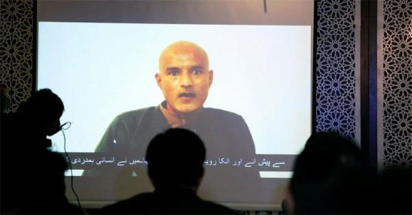 जुलाई में ICJ के फैसले के बाद 2 सितंबर को पाकिस्तान ने भारतीय अथॉरिटीज़ को जाधव से मिलने दिया. ये पाकिस्तान द्वारा रिलीज़ किए गए जाधव के एक पुराने प्रॉपेगैंडा विडियो का स्क्रीनग्रैब है.