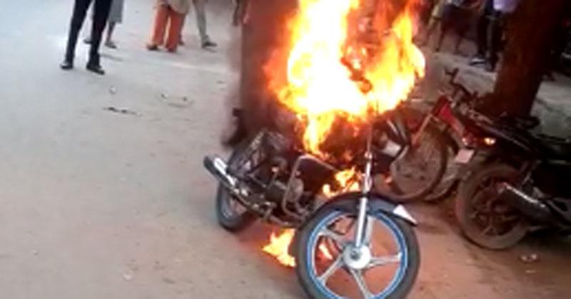 ये दिल्ली की घटना है. तस्वीर में वो दिख रही है बाइक, जिसे उसके मालिक ने गुस्से में ख़ुद ही आग लगा दी. वो चालान कट जाने से गुस्साया हुआ था (फोटो: इंडिया टुडे)