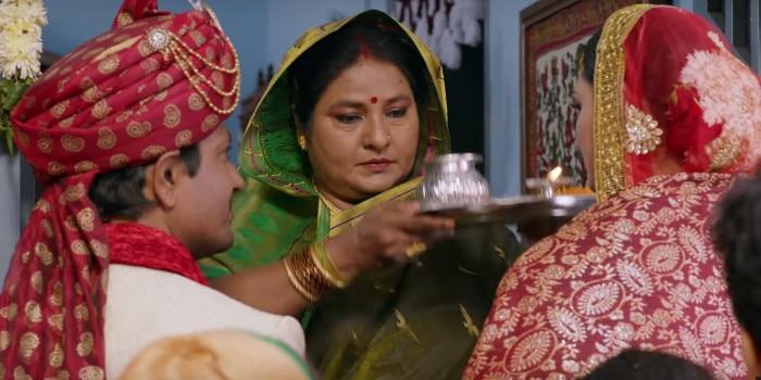 शादी के बाद बेटे बहू का गृहप्रवेश कराते हुए विभा छिब्बर यानी पुष्पिंदर त्यागी की मां.