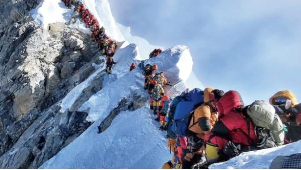 ये तस्वीर इसी साल मई की है, जब दुनिया की सबसे ऊंची चोटी एवरेस्ट पर ट्रैफिक जाम हो गया था, क्योंकि ज़रूरत से ज्यादा लोग एक साथ पहुंच गए थे.