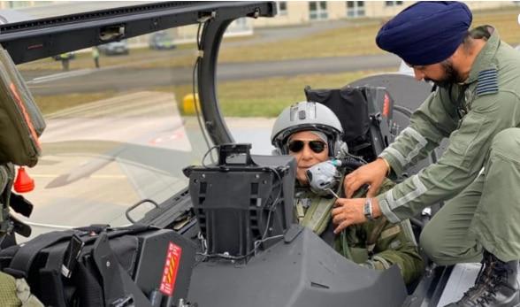 भारतीय वायुसेना को मिले पहले रफाल के उड़ान भरते रक्षा मंत्री राजनाथ सिंह.