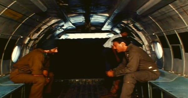 सन्नी देओल एयरफोर्स के अधिकारी जेकी श्रोफ से बात करते हुए.