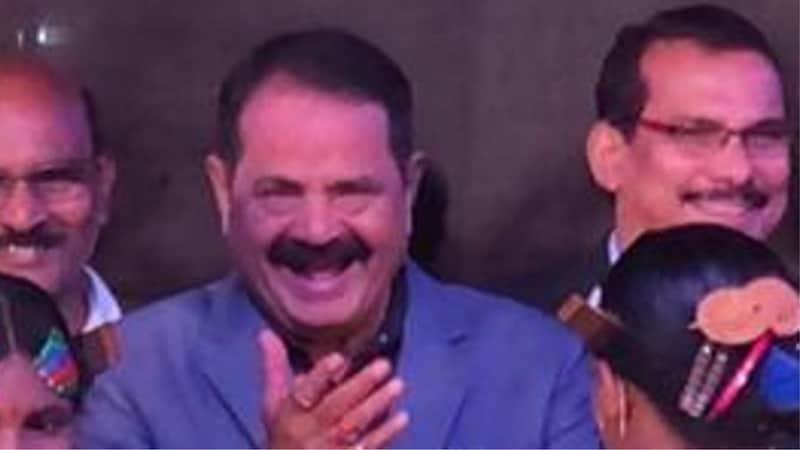 इतना खुश हुआ कांग्रेस विधायक कि स्पीकर की ओर चुम्मा उछाल दिया