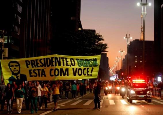 बोल्सोनारो के सपोर्टस मार्च निकाल रहे हैं. ये प्रो गवर्नमेंट मार्च है. यानी तब का जब बोल्सोनारो सत्ता में आ चुके थे. (May 26, 2019. REUTERS/Marcelo Chello)