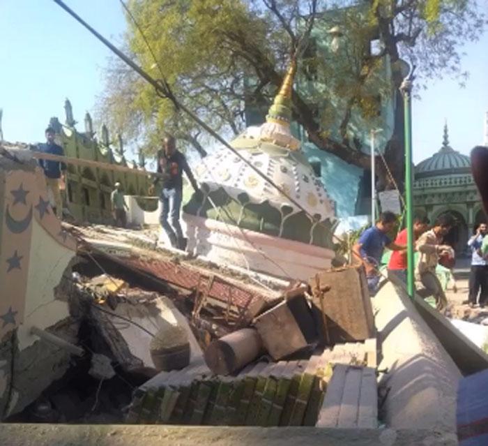 वायरल वीडियो में ये मस्जिदनुमा बिल्डिंग गिरी हुई दिख रही है. इसके बचे हुए हिस्से में काफी ख़ून-ख़राबा है. इसलिए आगे इस्तेमाल नहीं कर रहे हैं.