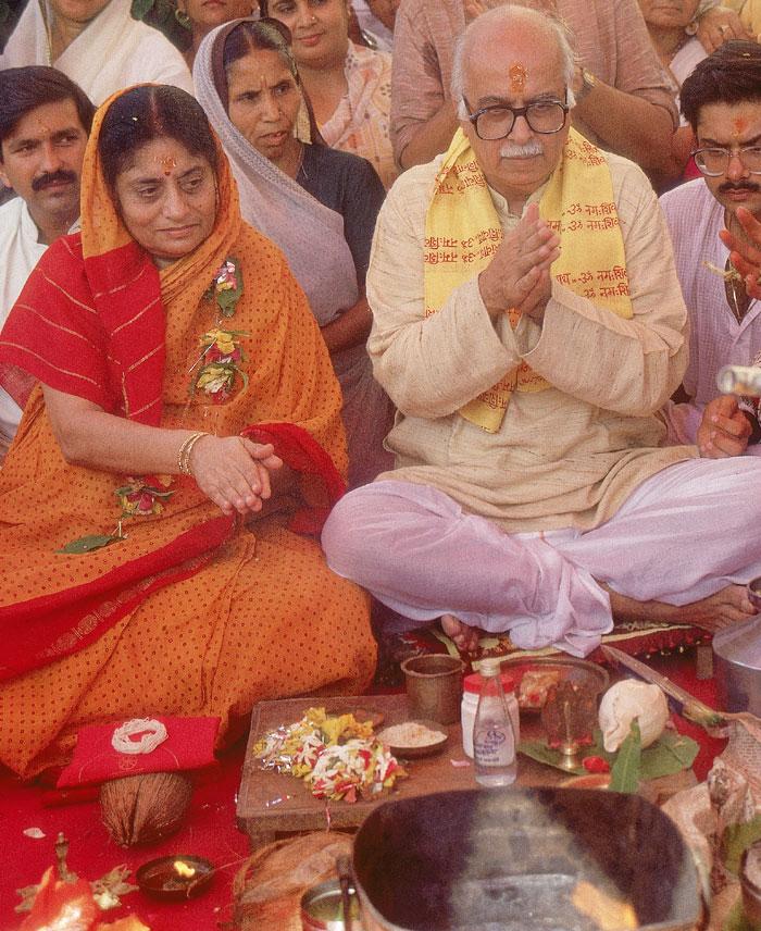 आडवाणी की ये रथ यात्रा गुजरात के सोमनाथ से शुरू होकर अयोध्या में पूरी होनी थी. मगर आडवाणी बिहार के समस्तीपुर में गिरफ़्तार कर लिए गए. ये रथ यात्रा के दौरान की तस्वीर है. आडवाणी के साथ दिख रही हैं उनकी पत्नी कमला आडवाणी (फोटो: इंडिया टुडे आर्काइव्ज़)