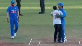 IND vs WI: धोनी न टीम में, न मैच में, फिर भी फैंस उनके लिए ये कर गुजरे