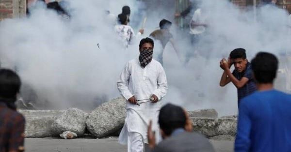 कश्मीर में भीड़ को संभालने के लिए आंसू गैस का इस्तेमाल. सबसे ज़्यादा इस्तेमाल होने वाली आंसू गैस हैं - ω-chloroacetophenone, और o-chlorobenzylidenemalononitrile. (सोर्स - विकिमीडिया)
