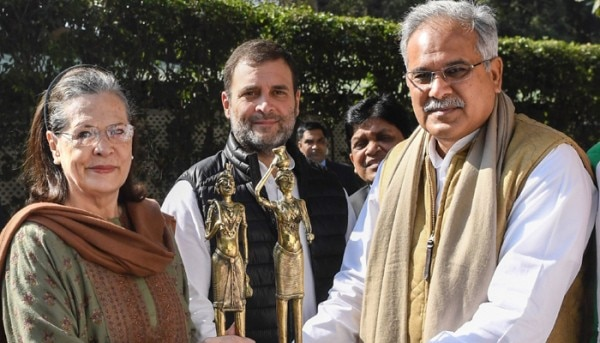 कांग्रेस की अंतरिम अध्यक्ष सोनिया गांधी और वायनाड सांसद राहुल गांधी के साथ छत्तीसगढ़ के मुख्यमंत्री भूपेश बघेल. फोटो- पीटीआई