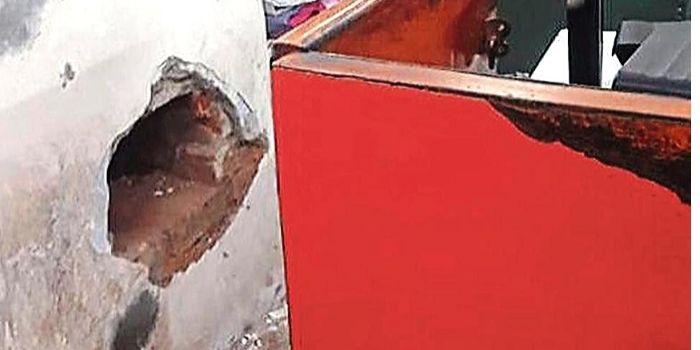 पोस्ट ऑफिस में चोरी के लिए दीवार में छेंद किया और फिर तिजोरी साफ कर दी. (फोटो- हिंदुस्तान टाइम्स)