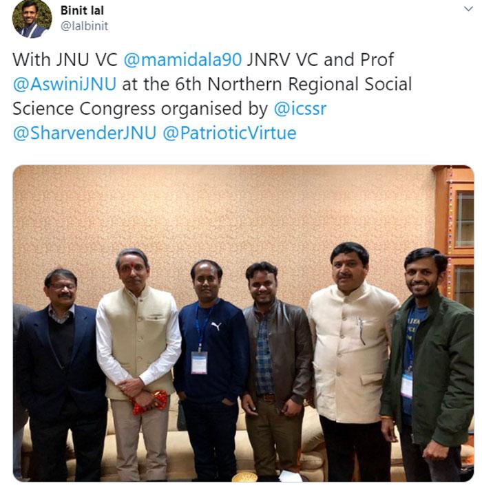 JNU VC मामिडाला जगदीश कुमार के साथ खड़ा शर्वेंदर. दाएं से तीसरा.