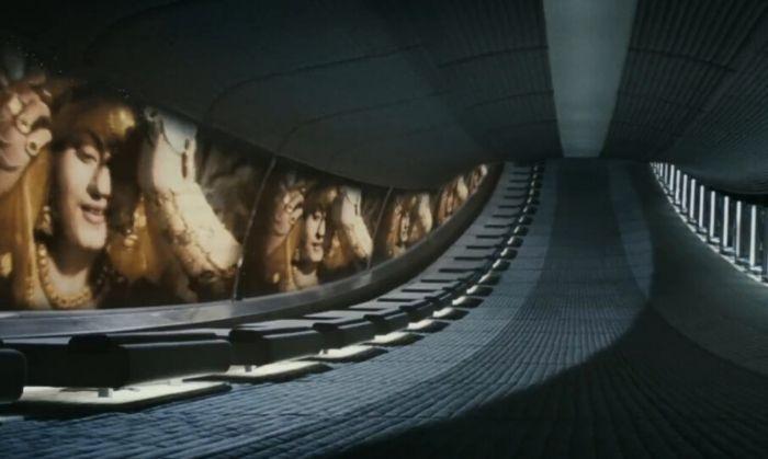 हॉलीवुड की साई फाई मूवी 'मिस्टर नोबडी' का एक सीन जिसमें स्पेसशिप में एक तरफ इंसान यात्रा के दौरान लंबी नींद में सोए हैं, दूसरी तरफ एक मूवी का सीन चल रहा है. मूवी का नाम 'मुग़ल ए आज़म'. गीत,'मोहे पनघट पे'.