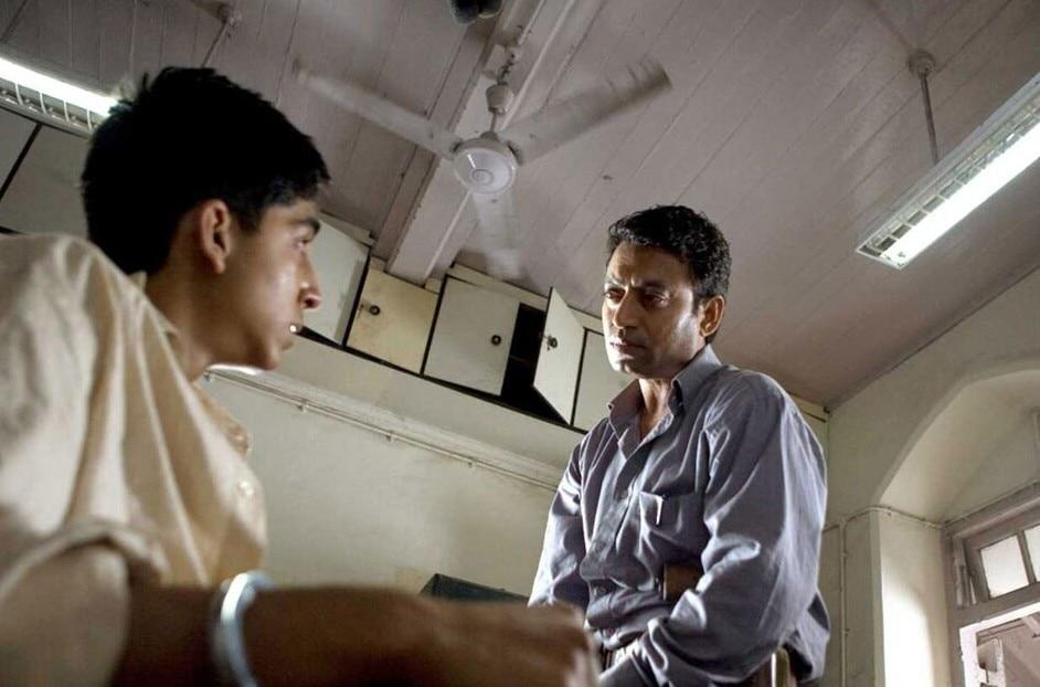 फिल्म 'स्लमडॉग मिलियनेयर' के एक सीन में देव पटेल के साथ इरफान खान.