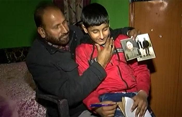 तस्वीर में हैं नसीर के बड़े भाई सिराजुद्दीन. उनकी गोद में नसीर का छह बरस का बेटा है. सिराजुद्दीन ख़ुद भी जम्मू-कश्मीर पुलिस में नौकरी करते हैं (फोटो: आज तक)