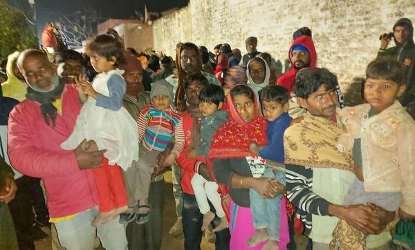 बच्चों के छूटने के बाद उनके साथ परिवारवाले. फोटो: PTI