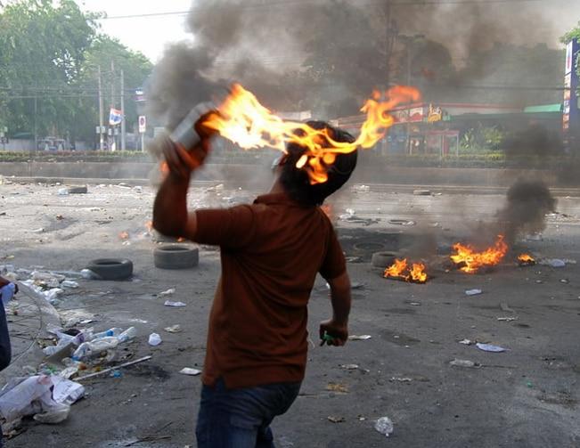 पेट्रोल बम जैसा सस्ता सुविस्ता लेकिन मारक हथियार दुनिया ने अब तक नहीं देखा है (तस्वीर AFP)