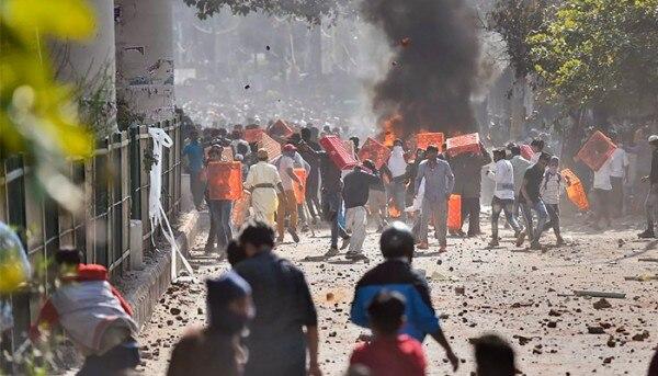 जाफराबाद इलाके में CAA समर्थकों और विरोधियों ने एक दूसरे पर पत्थरबाजी की. फोटो- पीटीआई