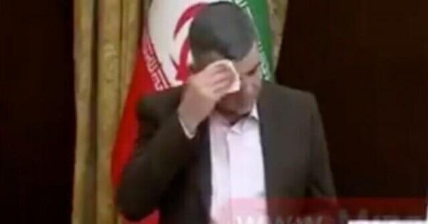 प्रेस कॉन्फ्रेंस के वक्त पसीना पोंछते ईरान के डेप्यूटी हैल्थ मिनिस्टर इराज हरिर्ची. (सोर्स - ट्विटर)