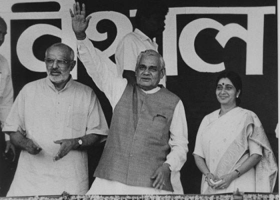 1998 में चुनाव प्रचार के दौरान साहिब सिंह वर्मा और अटल बिहारी वाजपेयी के साथ सुषमा स्वराज.