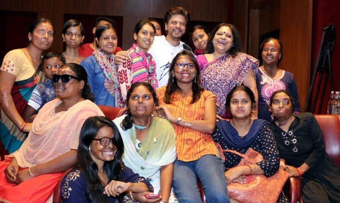 शाहरुख़ खान. एसिड अटैक सरवाईवर्स के साथ.