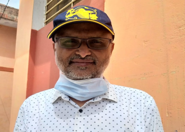 डॉ. सुमेर सिंह भाटी, सीनियर मेडिकल ऑफिसर, सामुदायिक स्वास्थ्य केंद्र, कालंद्री. इन्होंने ही वायरल तस्वीर में बच्चे को पकड़ा हुआ है. (फोटो-राहुल त्रिपाठी)