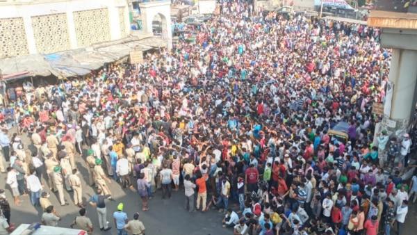 मुंबई में 14 अप्रैल को मजदूरों की भीड़ घर जाने को रेलवे स्टेशन के पास जमा हो गई. फोटो: इंडिया टुडे