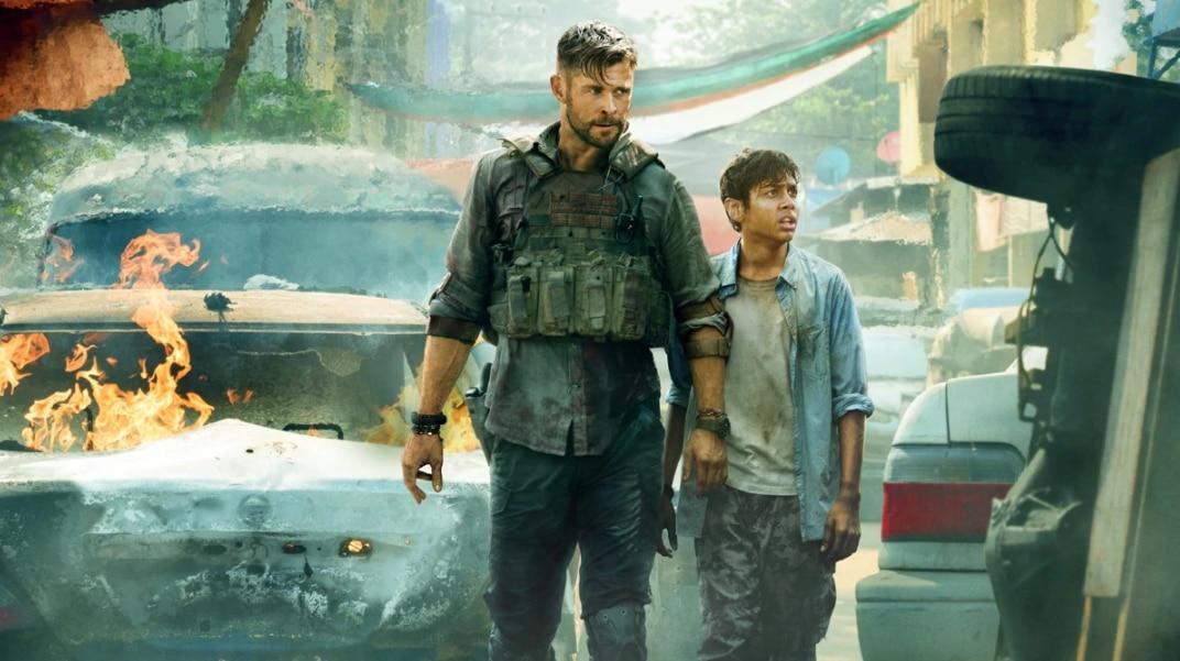 फिल्म के एक सीन में किडनैपर्स से बचाकर बच्चे को ले जाता टाइलर रेक.