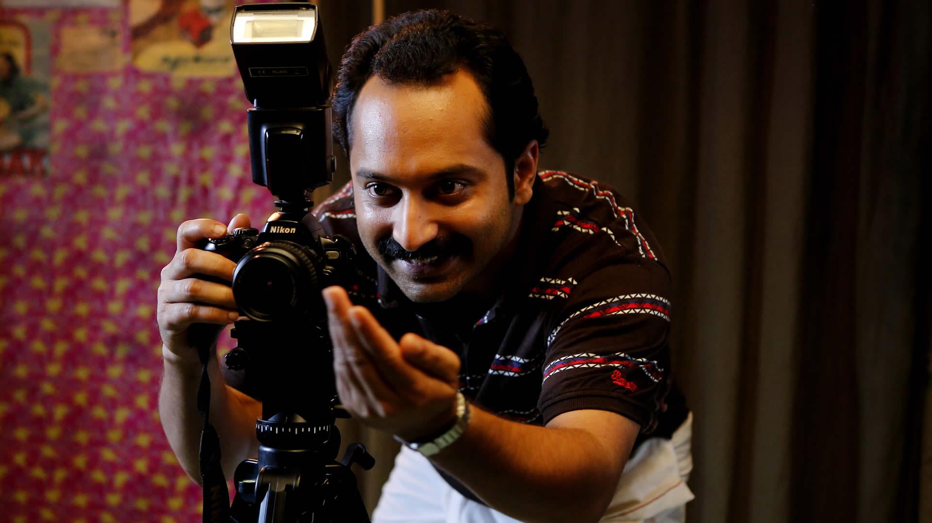 फिल्म के एक सीन में महेश नाम के फोटोग्रफर का टाइटल कैरेक्टर प्ले करने वाले क्रिटिक्ली अक्लेम्ड एक्टर फहाद फाज़िल.