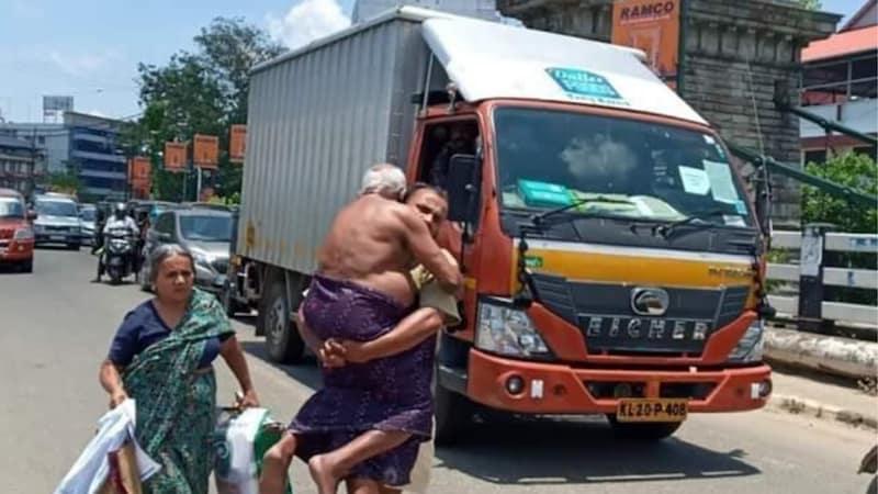 केरल में पुलिस ने बीमार को ऑटो से उतारा तो बेटा गोद में उठाकर चल पड़ा