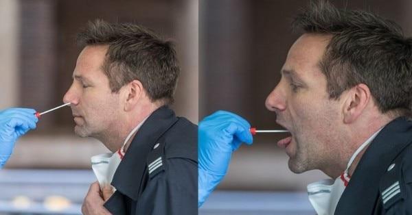 मुंह और नाक से कोरोना वायरस टेस्ट के लिए सेंपल इस तरह लिए जाते हैं. (विकिमीडिया)