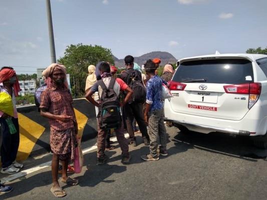 सीएम से मुलाकात के बाद वापस लौट रही चीफ सेक्रेटरी ने हाइवे पर मजूदरों को देखा तो अपनी कार रोक दी. (फोटो-इंडिया टुडे)