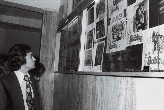 अपनी डेब्यू फिल्म 'बॉबी' के प्रीमियर वर फिल्म के पोस्टर्स देखते ऋषि.(फोटो- मूवीज़ एन मेमरीज़ ट्विटर)