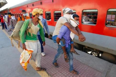 करीब तीन महीने तक देश भर से मज़दूरों के वापस अपने गृह राज्य लौटने की ख़बरें और तस्वीरें आईं. हालांकि बहुत से मज़दूर बड़े शहरों की तरफ फिर से लौटने लगे हैं लेकिन जो घर पर रुके हैं, उनके पास काम नहीं है. फोटो: PTI