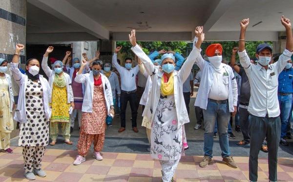 डॉक्टरों और मेडिकल स्टाफ की चुनौतियां कम नहीं हैं. उन्हें अपनी मागों के लिए प्रदर्शन करना पड़ रहा है. (फोटो-पीटीआई)
