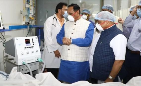 गुजरात सीएम विजय रुपाणी और डिप्टी सीएम नितिन पटेल ने अहमदाबाद सिविल अस्पताल में धमण-1 वेंटिलेटर का उद्घाटन किया था, जिस पर सवाल उठ रहे हैं.